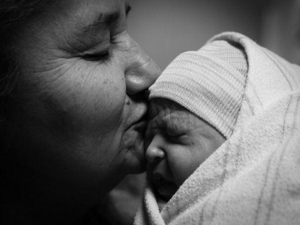 Essas fotos de avós conhecendo seus netos irão animar a sua semana 14