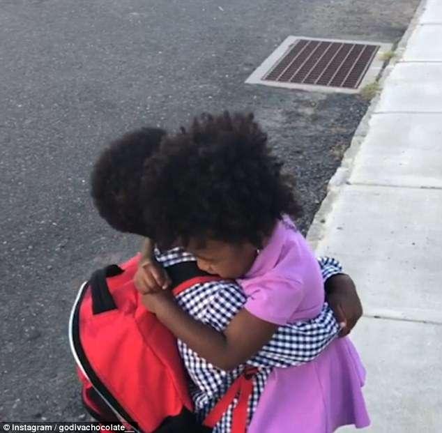 Vídeo de menina correndo para abraçar o irmão todos os dias depois da escola é a coisa mais fofa que você vai ver hoje 4