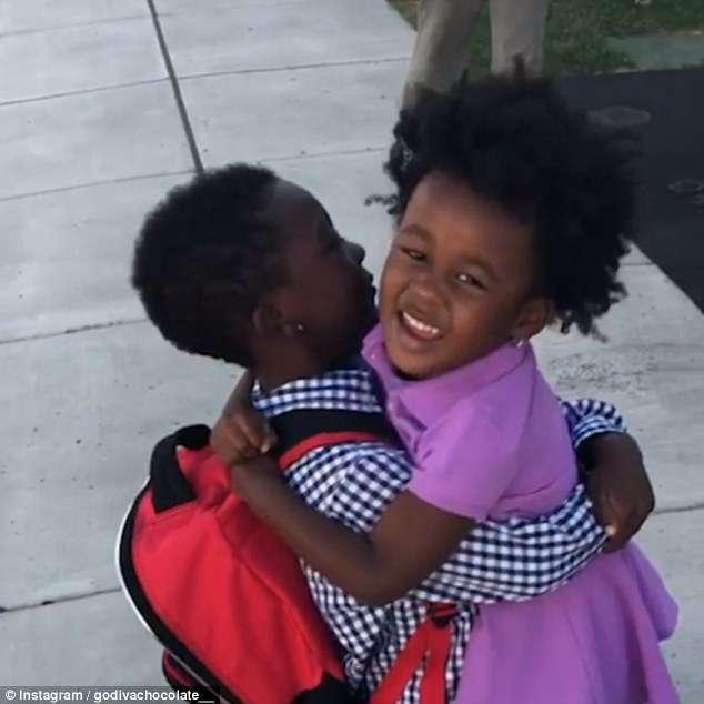 Vídeo de menina correndo para abraçar o irmão todos os dias depois da escola é a coisa mais fofa que você vai ver hoje 5