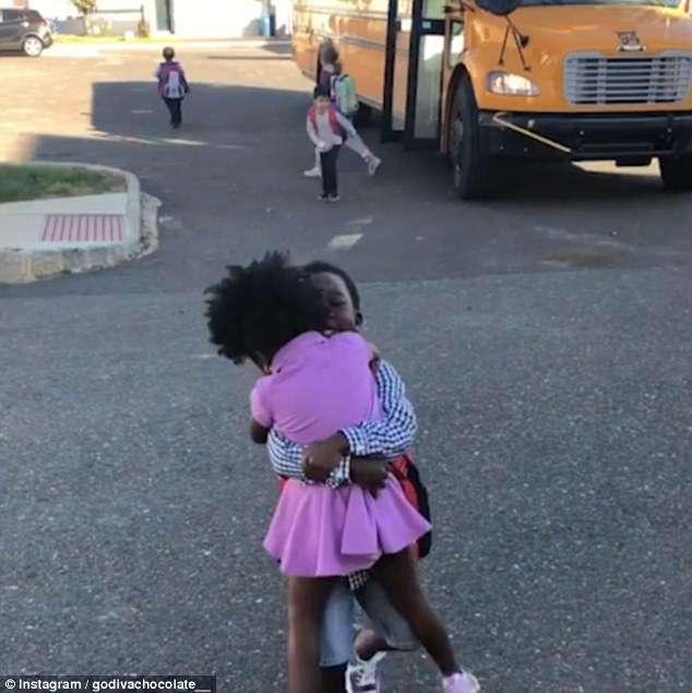Vídeo de menina correndo para abraçar o irmão todos os dias depois da escola é a coisa mais fofa que você vai ver hoje 6