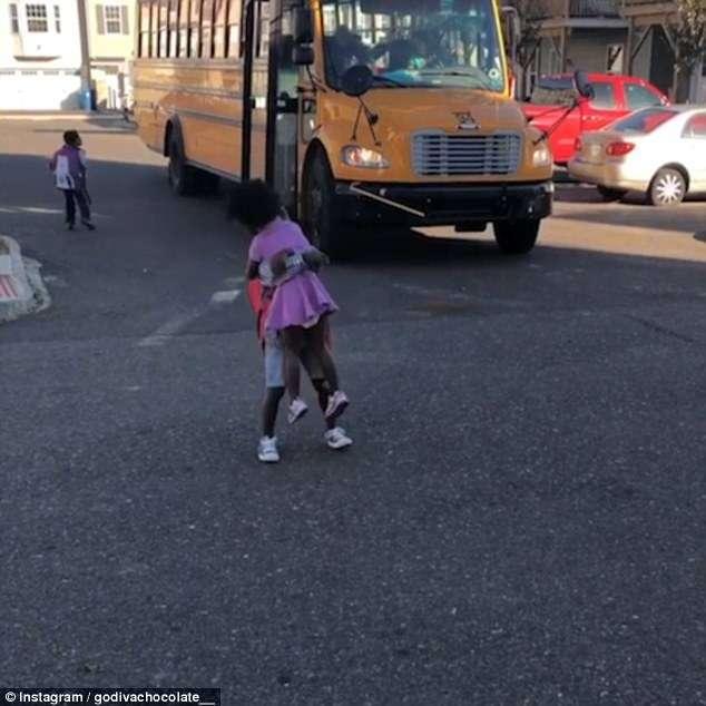 Vídeo de menina correndo para abraçar o irmão todos os dias depois da escola é a coisa mais fofa que você vai ver hoje 3