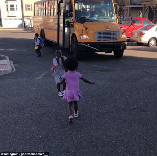 Vídeo de menina correndo para abraçar o irmão todos os dias depois da escola é a coisa mais fofa que você vai ver hoje 2