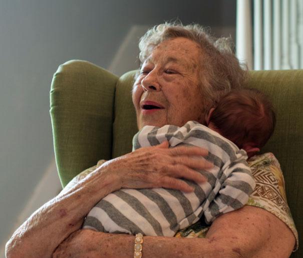 Essas fotos de avós conhecendo seus netos irão animar a sua semana 16