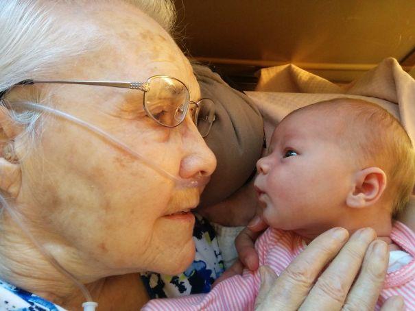 Essas fotos de avós conhecendo seus netos irão animar a sua semana 2