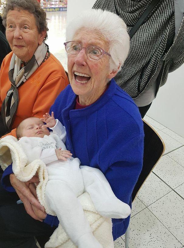 Essas fotos de avós conhecendo seus netos irão animar a sua semana 3
