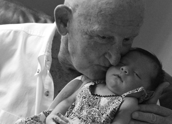 Essas fotos de avós conhecendo seus netos irão animar a sua semana 9