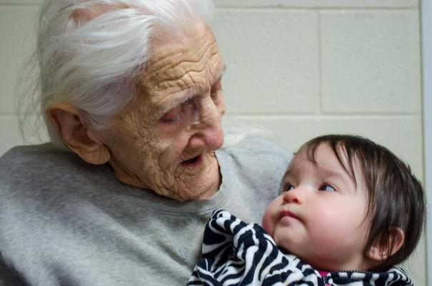 Essas fotos de avós conhecendo seus netos irão animar a sua semana 10