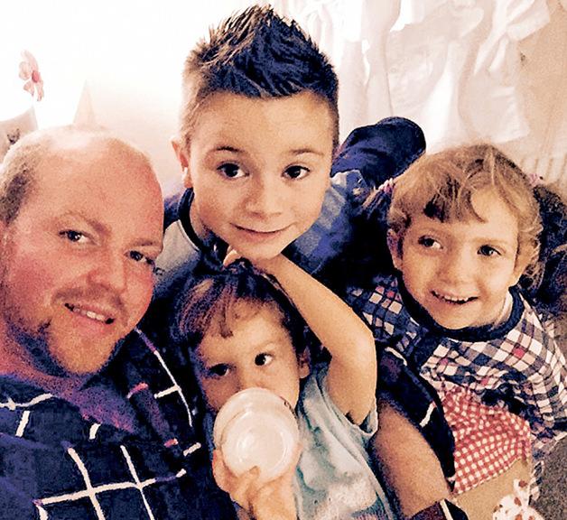 Só o amor importa: gay e solteiro, ele realizou o sonho de ter filhos adotando quatro crianças deficientes 2