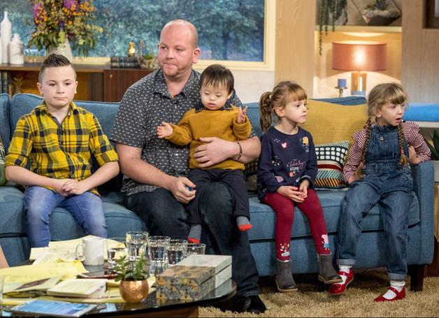 Só o amor importa: gay e solteiro, ele realizou o sonho de ter filhos adotando quatro crianças deficientes 4