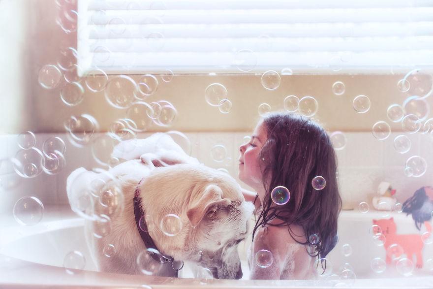 O lindo relato da adoção de uma cachorra que virou a melhor amiga dessa garotinha 6