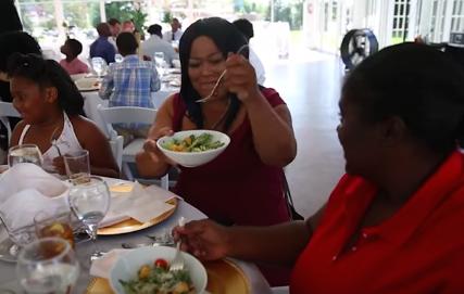 Após cancelar casamento, noiva usa dinheiro da festa para oferecer banquete para moradores de rua 1