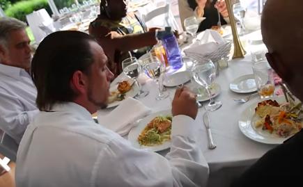 Após cancelar casamento, noiva usa dinheiro da festa para oferecer banquete para moradores de rua 2
