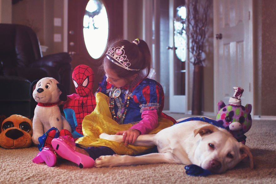 O lindo relato da adoção de uma cachorra que virou a melhor amiga dessa garotinha 9