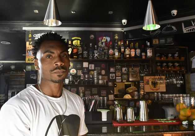 Após funcionário sofrer racismo, hamburgueria fecha as portas para clientes intolerantes 2