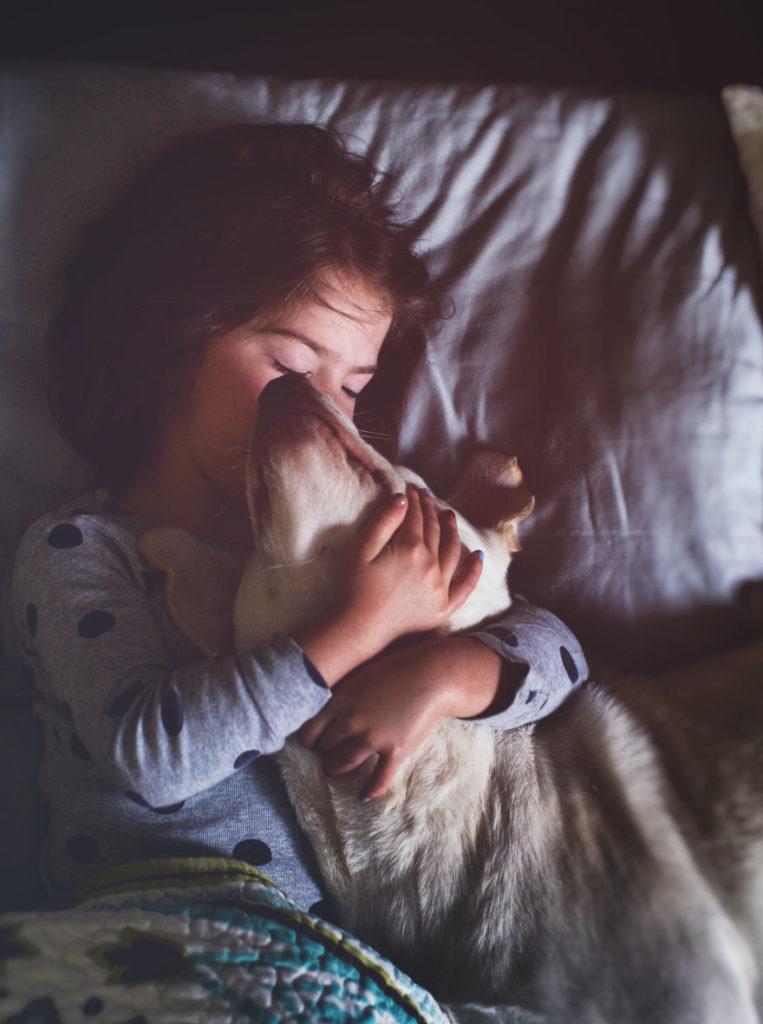 O lindo relato da adoção de uma cachorra que virou a melhor amiga dessa garotinha 1