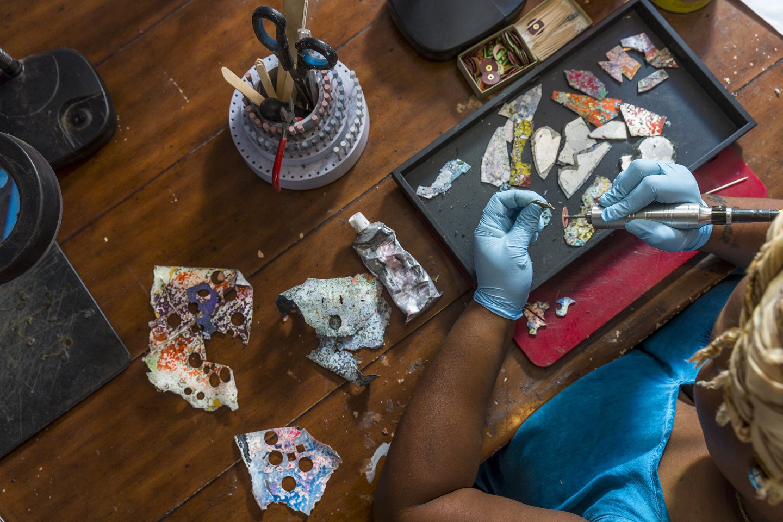 Joalheria que faz produtos com lascas de parede só contrata mulheres em situação de rua 2