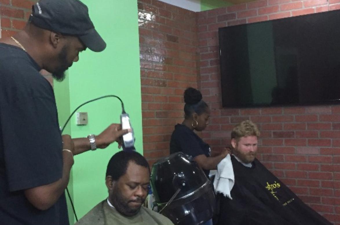 A generosidade de um barbeiro que atendia pessoas de graça transformou sua vida para sempre! 3