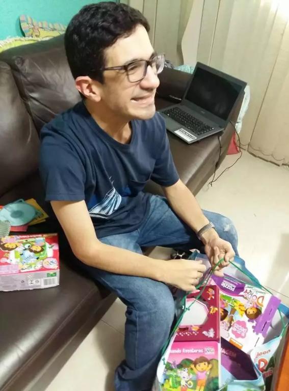 Após relato de irmã, autista ganha sacola de produtos da 'Dora, a Aventureira' 3
