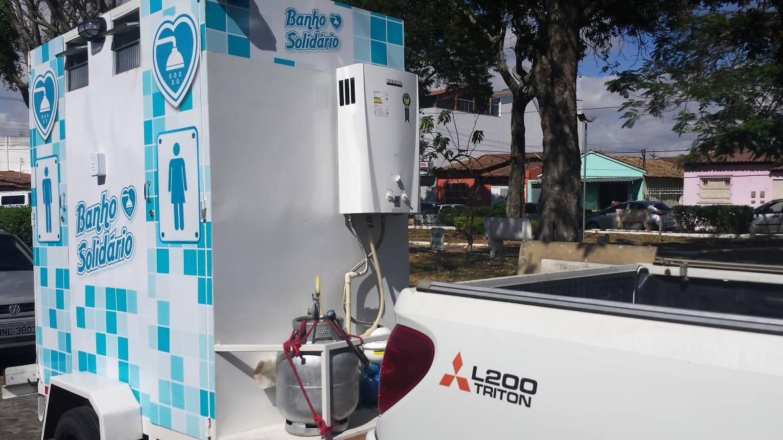 Empresário baiano adapta veículo para levar banho quentinho a pessoas em situação de rua 6