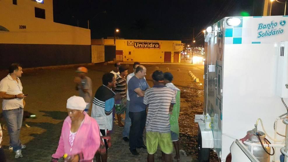 Empresário baiano adapta veículo para levar banho quentinho a pessoas em situação de rua 5