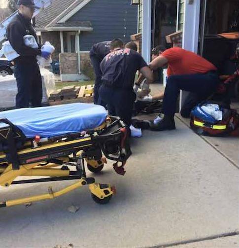 Bombeiros terminam de colocar luzes de Natal na casa de pai que quebrou a perna após cair da escada 1