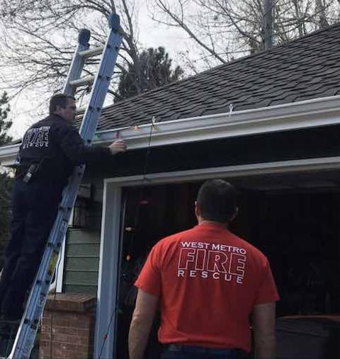 Bombeiros terminam de colocar luzes de Natal na casa de pai que quebrou a perna após cair da escada 2