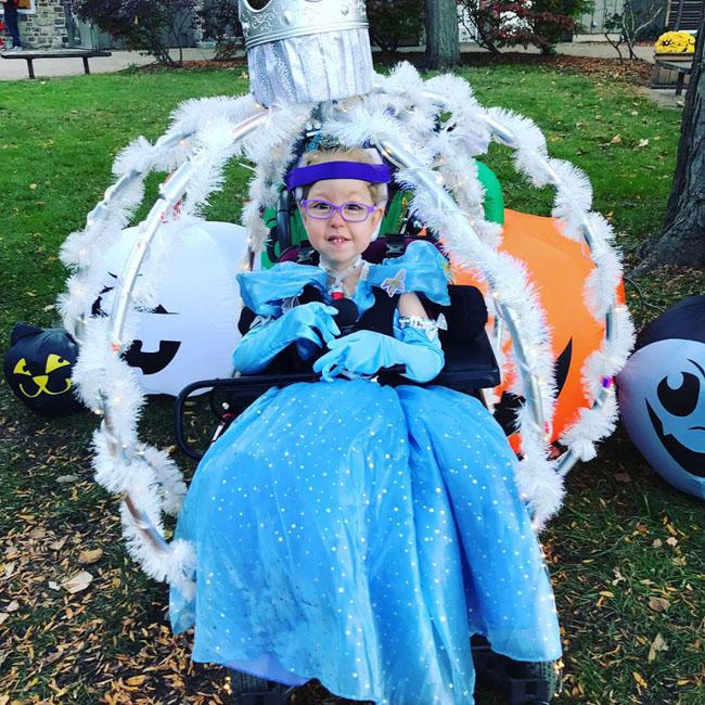 Americana transforma cadeira de rodas da filha em carruagem da Cinderela 2
