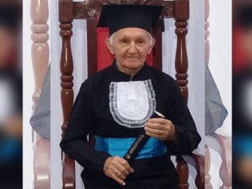 Contador de 82 anos realiza sonho de posar com beca de formatura 41 anos após se formar 3