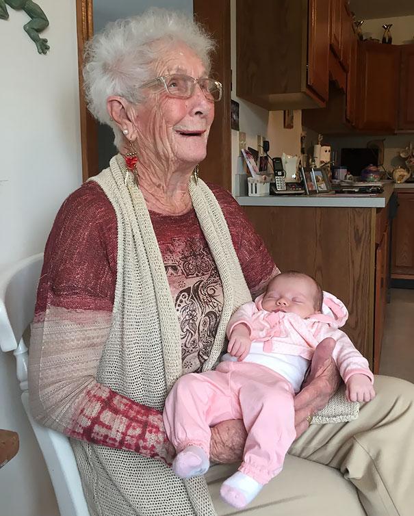 Essas fotos de avós conhecendo seus netos irão animar a sua semana 5