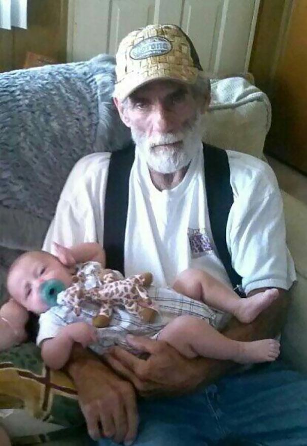 Essas fotos de avós conhecendo seus netos irão animar a sua semana 8