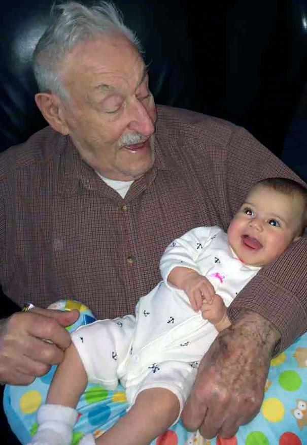 Essas fotos de avós conhecendo seus netos irão animar a sua semana 4