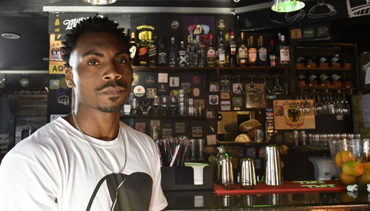 Após funcionário sofrer racismo, hamburgueria fecha as portas para clientes intolerantes 1