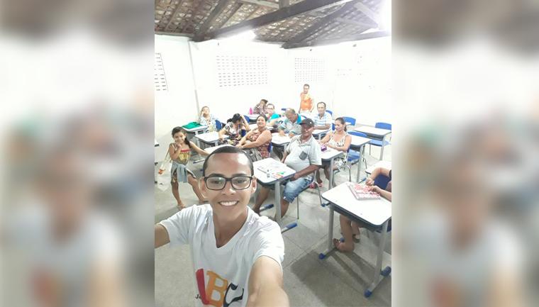 Jovem de 18 anos ensina idosos a ler e escrever no interior de Sergipe 2