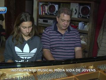 Médico apaixonado por música usa a própria casa como escola de música para jovens em SC 3