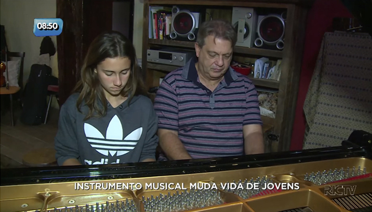 Médico apaixonado por música usa a própria casa como escola de música para jovens em SC 5