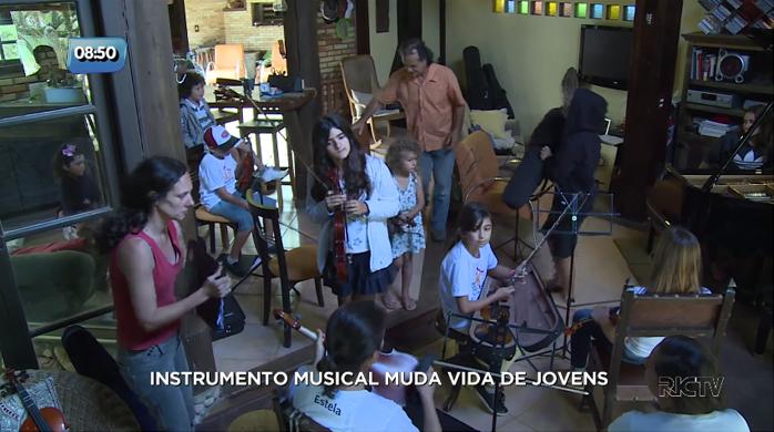 Médico apaixonado por música usa a própria casa como escola de música para jovens em SC 4