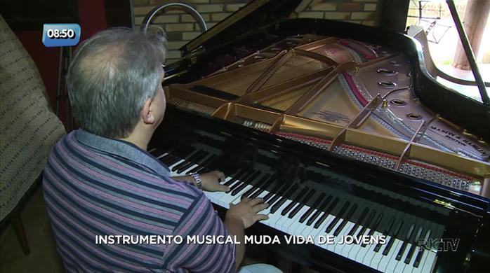 Médico apaixonado por música usa a própria casa como escola de música para jovens em SC 1