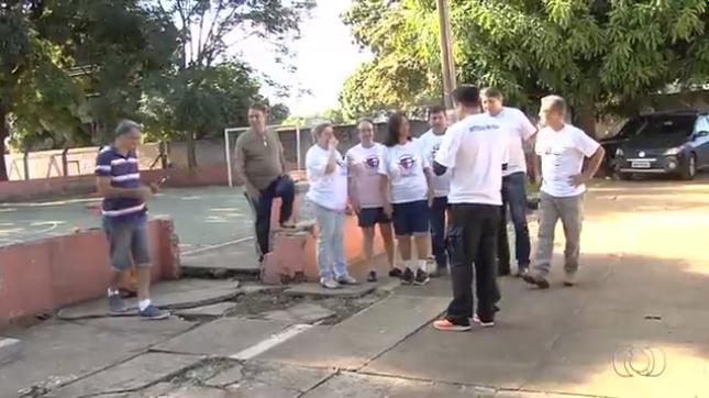 Após 40 anos, ex-alunos se reencontram para fazer mutirão no colégio onde estudaram em Goiânia 2