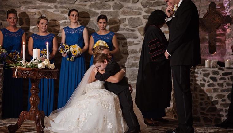 Após mal-entendidos, noiva faz votos para enteado e ex-mulher do noivo  1