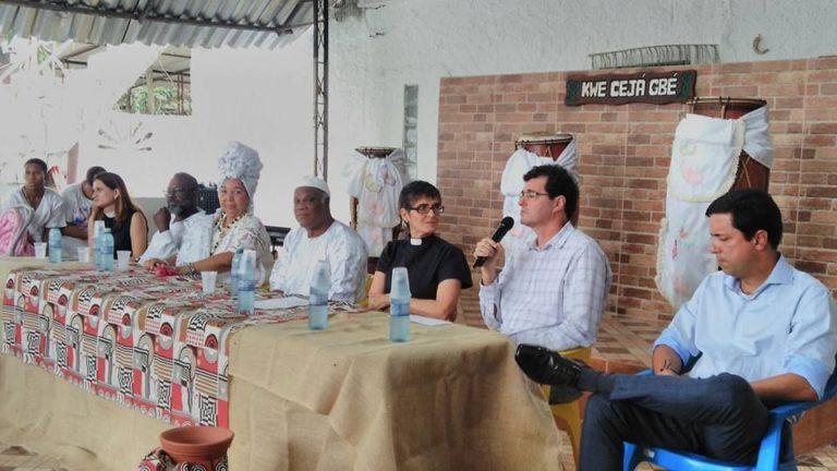 Mãe de santo recebe doação em dinheiro de igrejas cristãs para reconstrução de terreiro 1