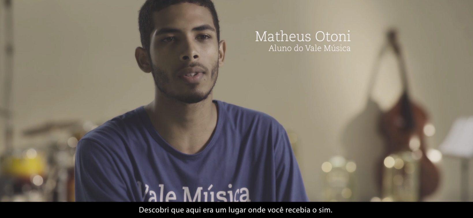 Jovem brasileiro tem vida transformada por programa social que ensina música para crianças e adolescentes carentes 1