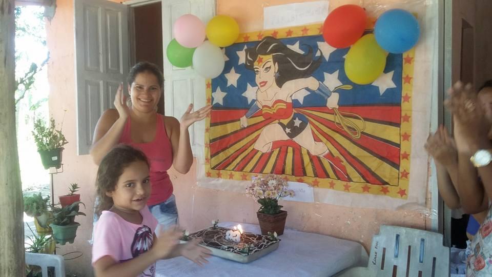 Filha usa mesada (40 reais) para dar festa de aniversário à mãe que a criou sozinha 2