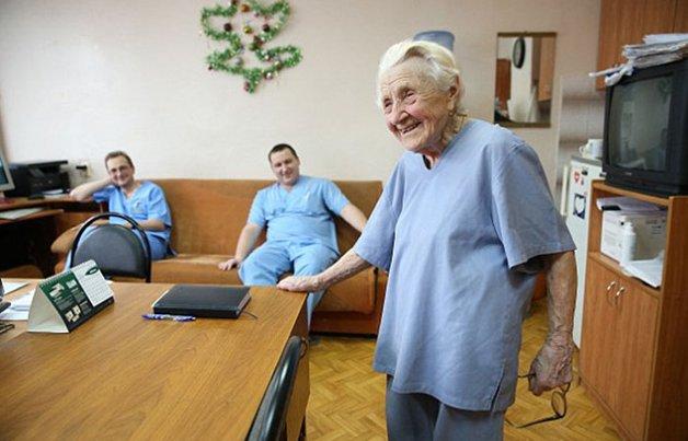 Conheça Alla Levushkina, a cirurgiã de 90 anos que faz 4 cirurgias todos os dias 6