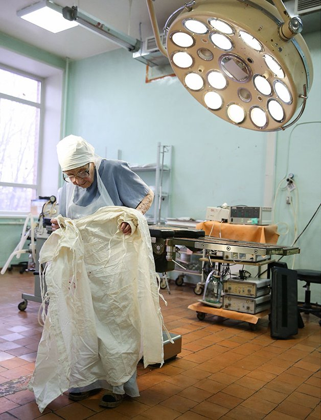 Conheça Alla Levushkina, a cirurgiã de 90 anos que faz 4 cirurgias todos os dias 9