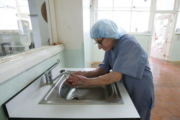 Conheça Alla Levushkina, a cirurgiã de 90 anos que faz 4 cirurgias todos os dias 12