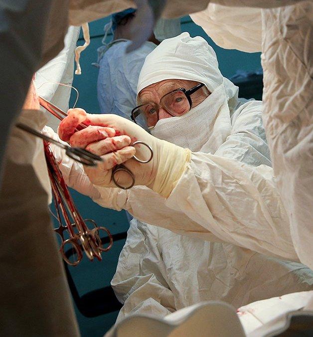 Conheça Alla Levushkina, a cirurgiã de 90 anos que faz 4 cirurgias todos os dias 13