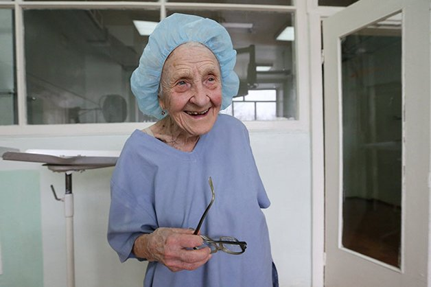 Conheça Alla Levushkina, a cirurgiã de 90 anos que faz 4 cirurgias todos os dias 1