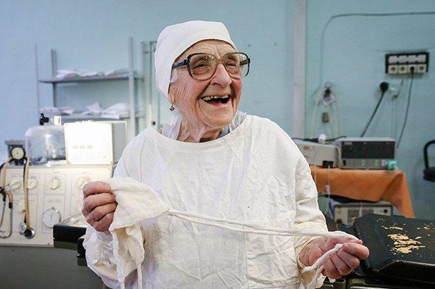 Conheça Alla Levushkina, a cirurgiã de 90 anos que faz 4 cirurgias todos os dias 2