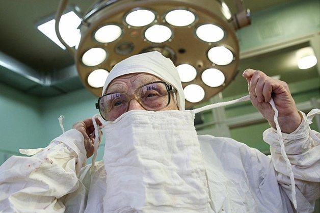 Conheça Alla Levushkina, a cirurgiã de 90 anos que faz 4 cirurgias todos os dias 3