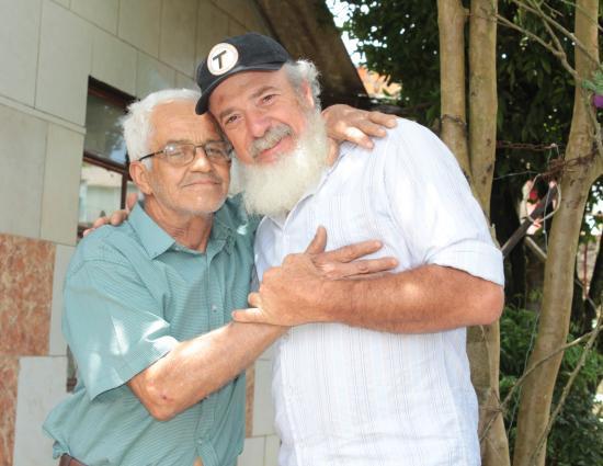 Senhor com barba de Papai Noel faz doação e mostra que sua generosidade é igual a do bom velhinho 1